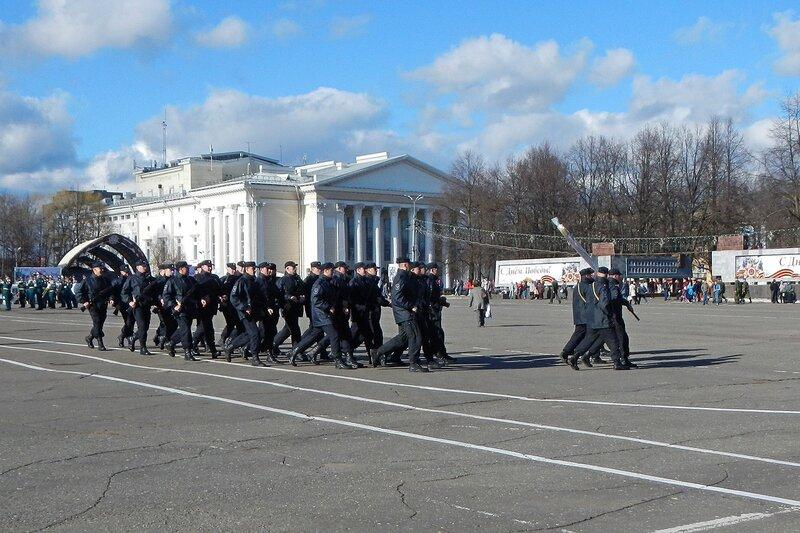 Репетиция парада Победы - черная форма, черные береты, Киров, Театральная площадь