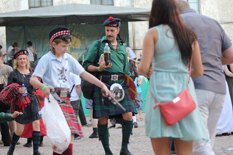 молодой шотландец с кремневыми пистолетами на фестивале «Майское дерево 2014»