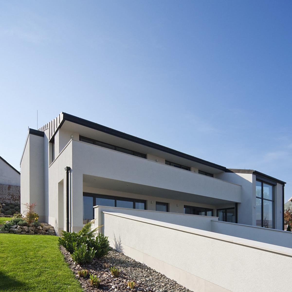 Sommelier's Home, Дом сомелье, частные дома в Будапеште, обзор дома в Венгрии, белый фасад частного дома, двухэтажный дом фото, винная комната в доме
