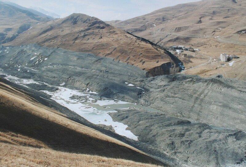 Борта Геналдонского ущелья срезанные ледником Колка. Снято в феврале 2003 года. (Resize of IMG_0806.JPG)