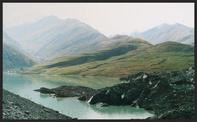 Подпрудное озеро у села Горная Саниба. Ледниковые массы перекрыли Санибанское ущелье и речку Кауридон( Resize of IMG_0805.JPG)