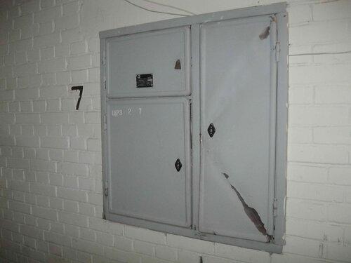 Фото 4. Один из этажных щитов (на 7-ом этаже). Дверь слаботочного отделения (справа) со следами неквалифицированного вмешательства.