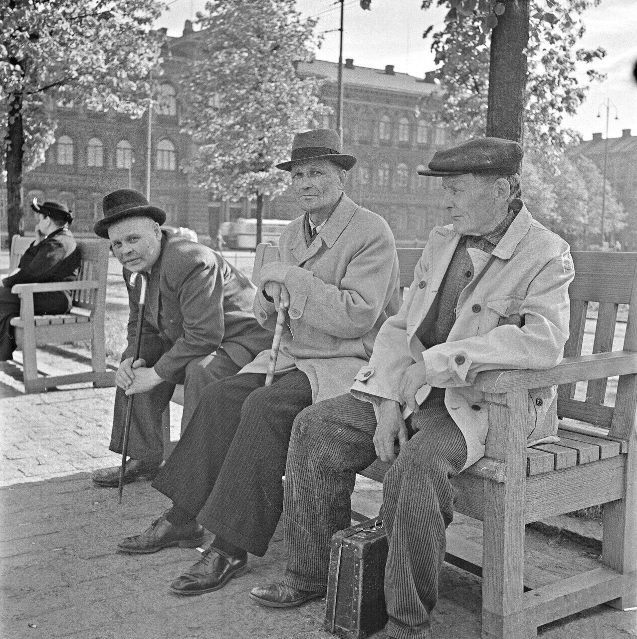 1941. 20 июня. На скамейке в парке