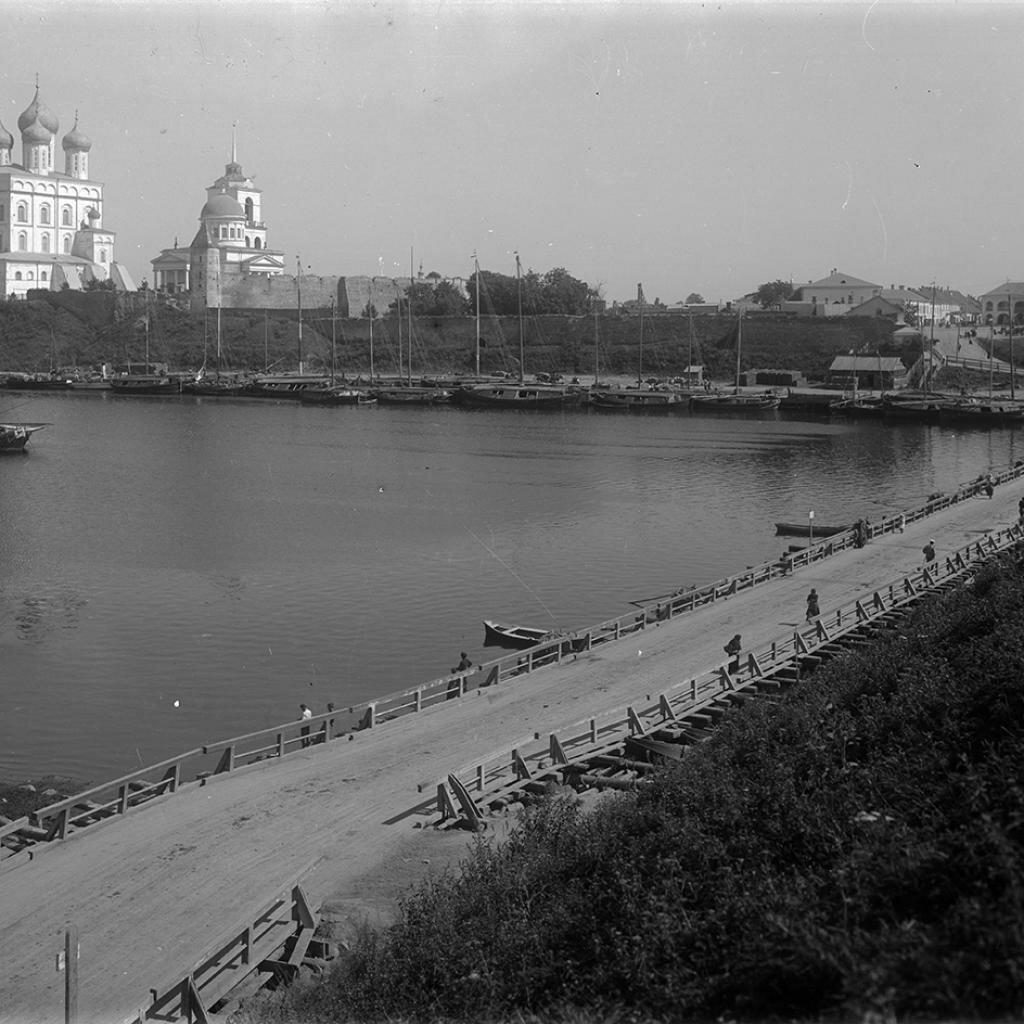 Кремль и плавучий мост через р. Великую