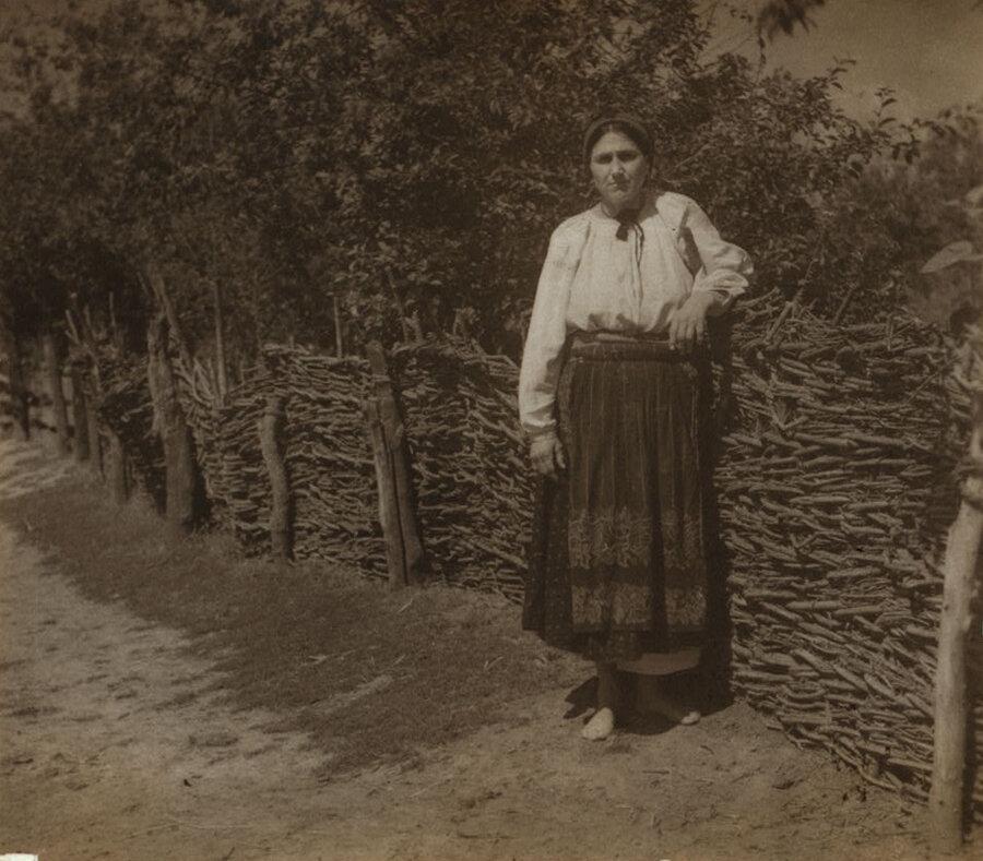 Малороссиянка у плетня