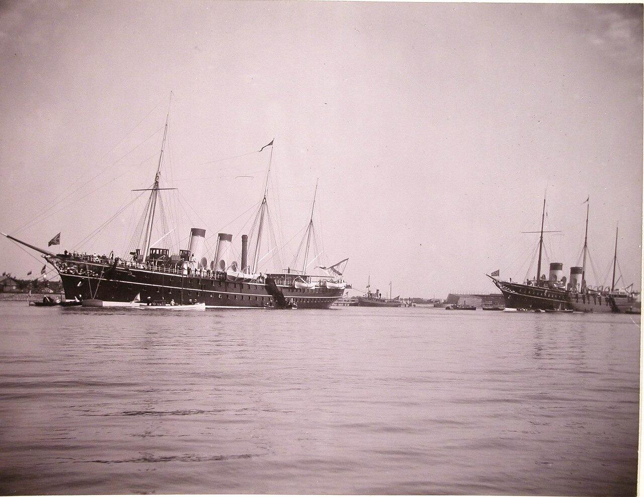 Императорские яхты «Штандарт» и «Полярная звезда» в портовом бассейне