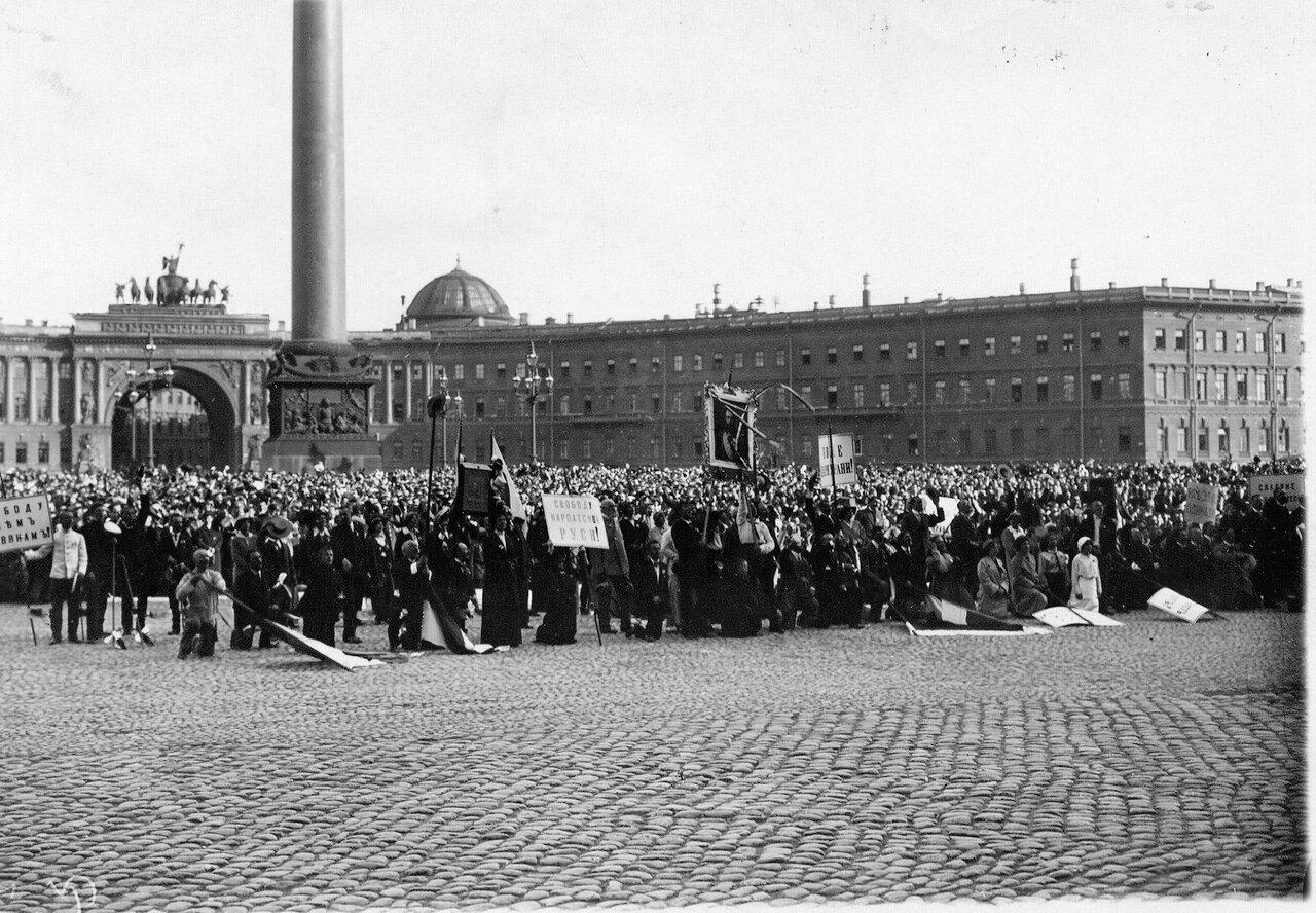 02. Дворцовая площадь, заполненная народом, во время чтения манифеста об объявлении войны Германии.