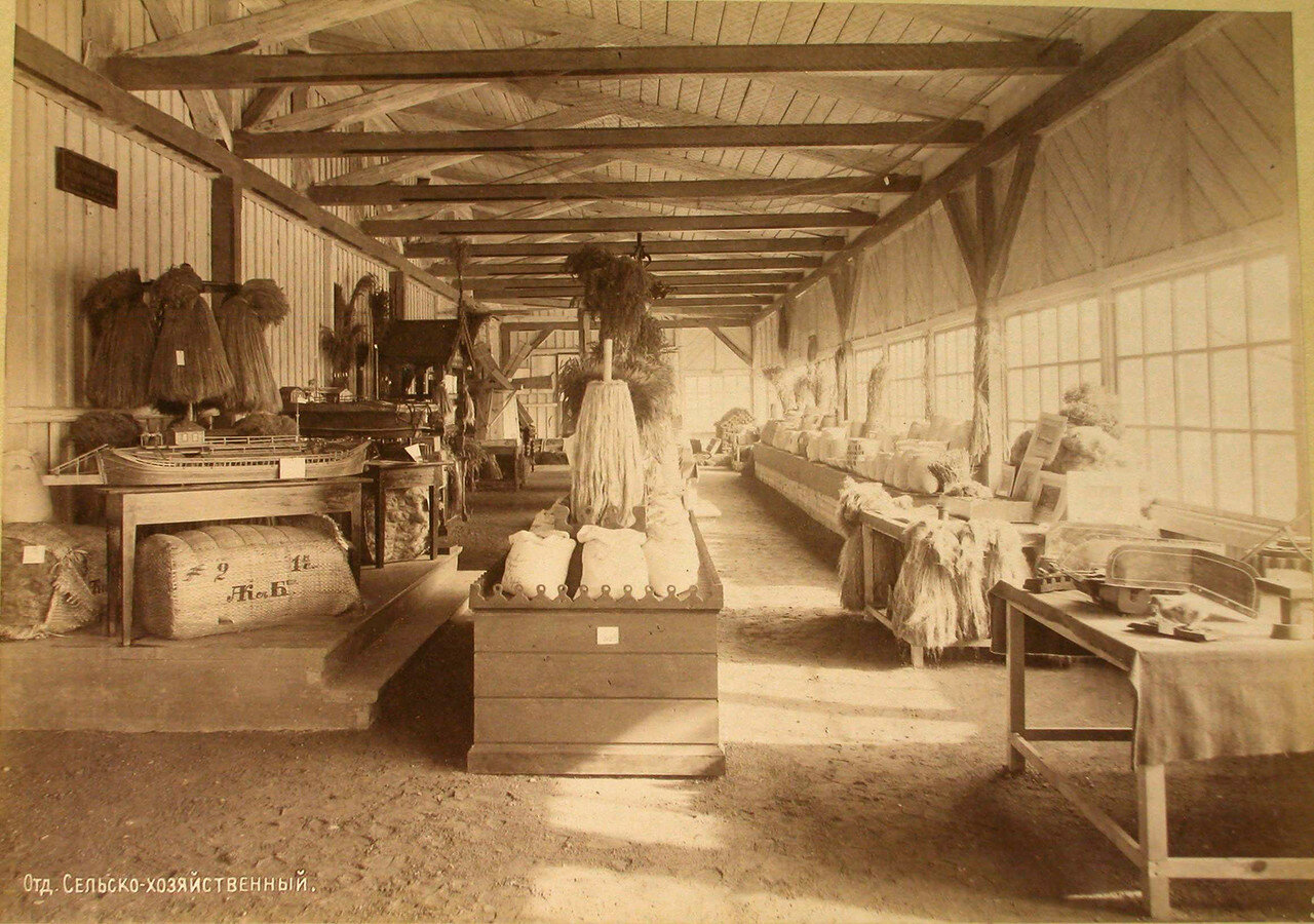 90. Вид части одного из залов с экспонатами в сельскохозяйственном отделе выставки
