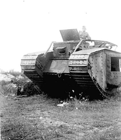Немецкий солдат на захваченном у Красной Армии бывшим эстонском танке Mk.V. Р-н Таллинна, 1941г.