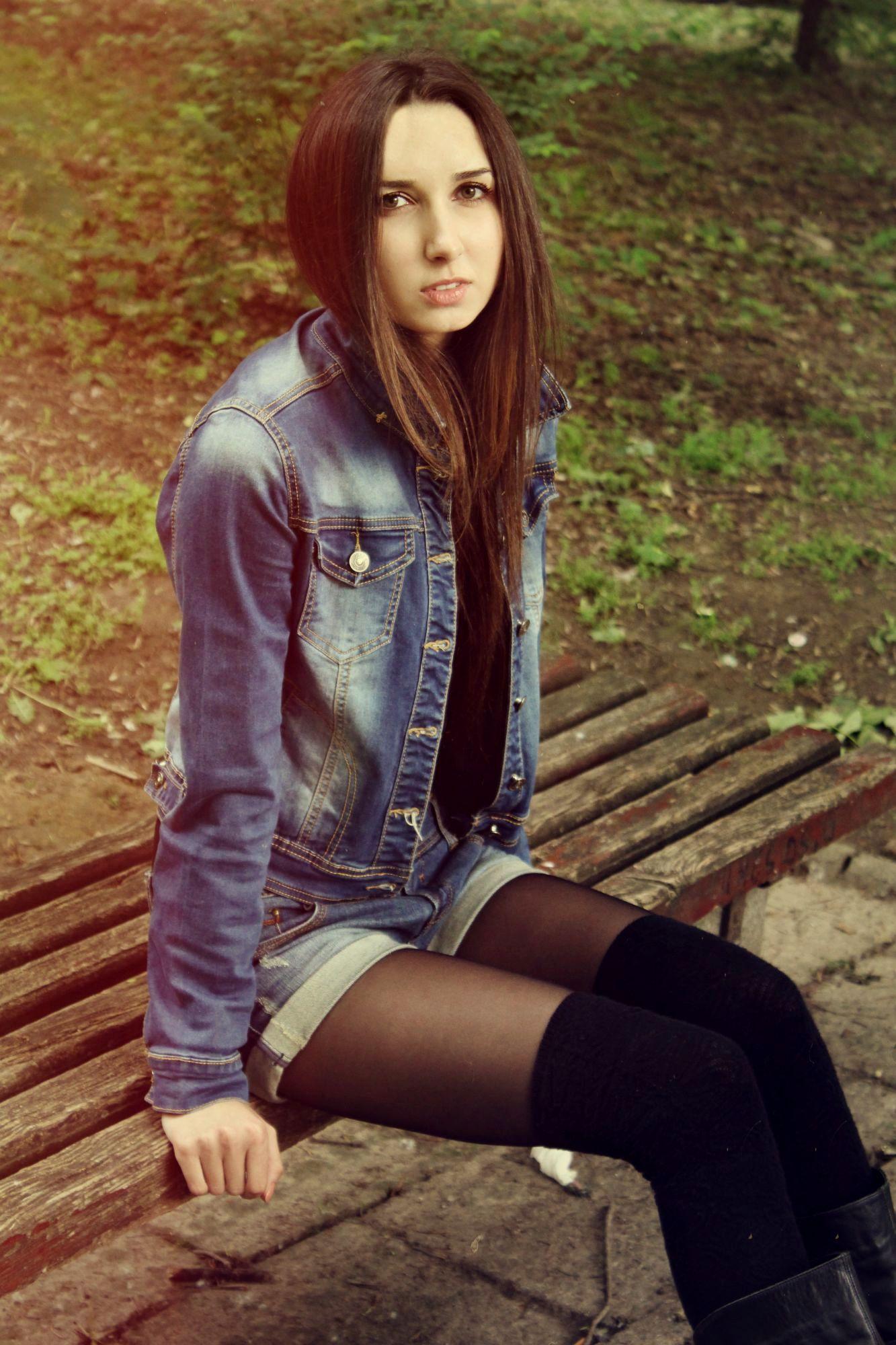 Девчонка в джинсовой куртке и колготках