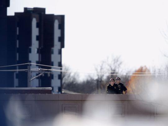 Полицейские заблокировали дороги, ведущие к площади. Мужчина стоял на краю крыши, изредка крича на л