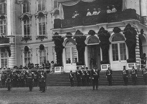 Император Николай II, члены императорской фамилии и генералитет на параде 1-го и 2-го стрелковых батальонов у Екатерининского дворца.