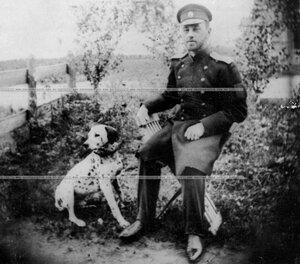 Офицер Конно-гренадерского полка граф Б.В.Ростопчин с собакой.
