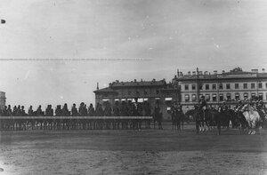 Император Николай II и сопровождающие его лица на параде Конно-гренадерского полка на Марсовом поле .