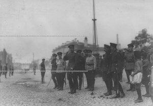 Группа офицеров у казарм Измайловского полка в день парада (в центре - командующий войсками Петроградского военного округа генерал-майор О.П.Васильковский).