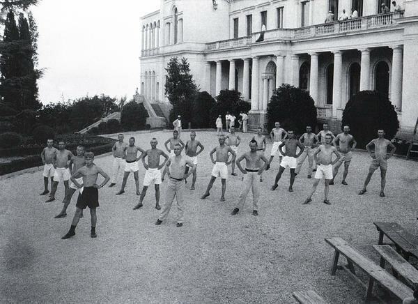 Утренняя зарядка. 1926 г. Фото А. Шайхета
