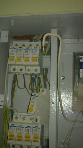 Фото 3. Причина сильного искрения на верхнем контакте автоматического выключателя - плохо обжатый провод. Видимо, соединение разболталось с течением времени из-за малой площади контакта (отсутствия петельки на конце провода).