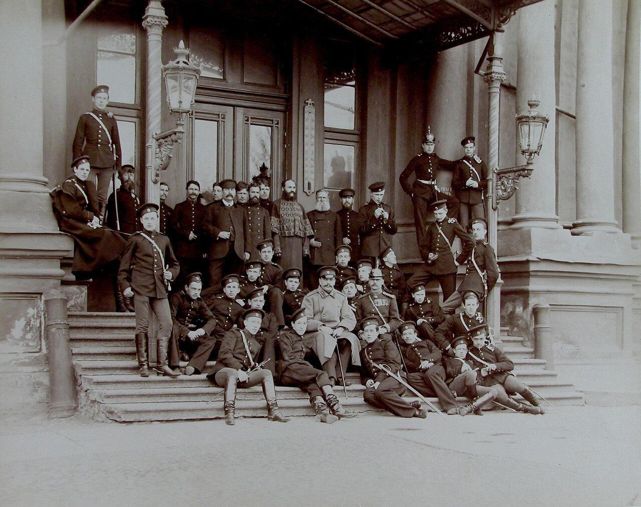 16. Группа воспитанников Пажеского корпуса с офицером и служителями у главного подъезда