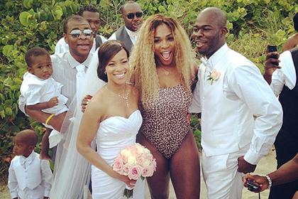 Серена Уильямс, одетая в леопардовый купальник, оказалась на свадьбе в Майами незваной гостьей
