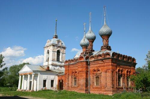 Храмы Воскресения Словущего (1814) и святых Паисия и Уара (1893)