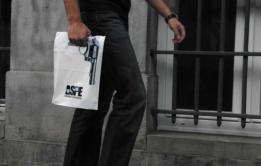 3. Пакет-револьвер. Если вы увидите человека с таким пакетом, знайте — он побывал в книжном магазине