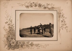 Император Николай II (в центре) на лошади с группой офицеров перед началом смотра кавалерии на Царицыном лугу..