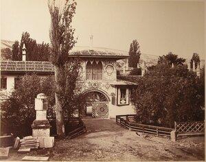 Вид Северных въездных ворот с надвратной башней на территорию ханского дворца  (со стороны р.Чурук-Су); на первом плане слева - Екатерининская миля. Бахчисарай