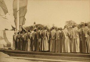 Хор церковных певчих во время молебна по случаю закладки памятника 300-летия царствования дома Романовых.