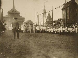 Учащиеся гимназий и реальных училищ приветствуют императорскую семью, посетившую Костромскую выставку