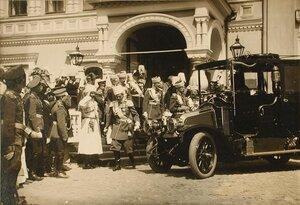Группа великих князей и  высших офицерских чинов у Чудова монастыря