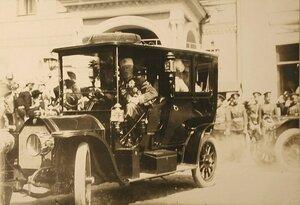 Великий князь Николай Николаевич в автомобиле у здания Чудова моснатыря