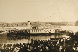 Жители Костромы провожают пароход Межень,  на борту которого императорская семья отбывает из города.