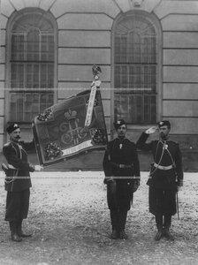 Знаменосцы полка со знаменем.