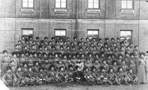 Группа казаков и офицеров сотни полка .