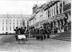 Приподнесение вина императору Николаю II перед началом парада войск на площади у Екатерининского дворца.