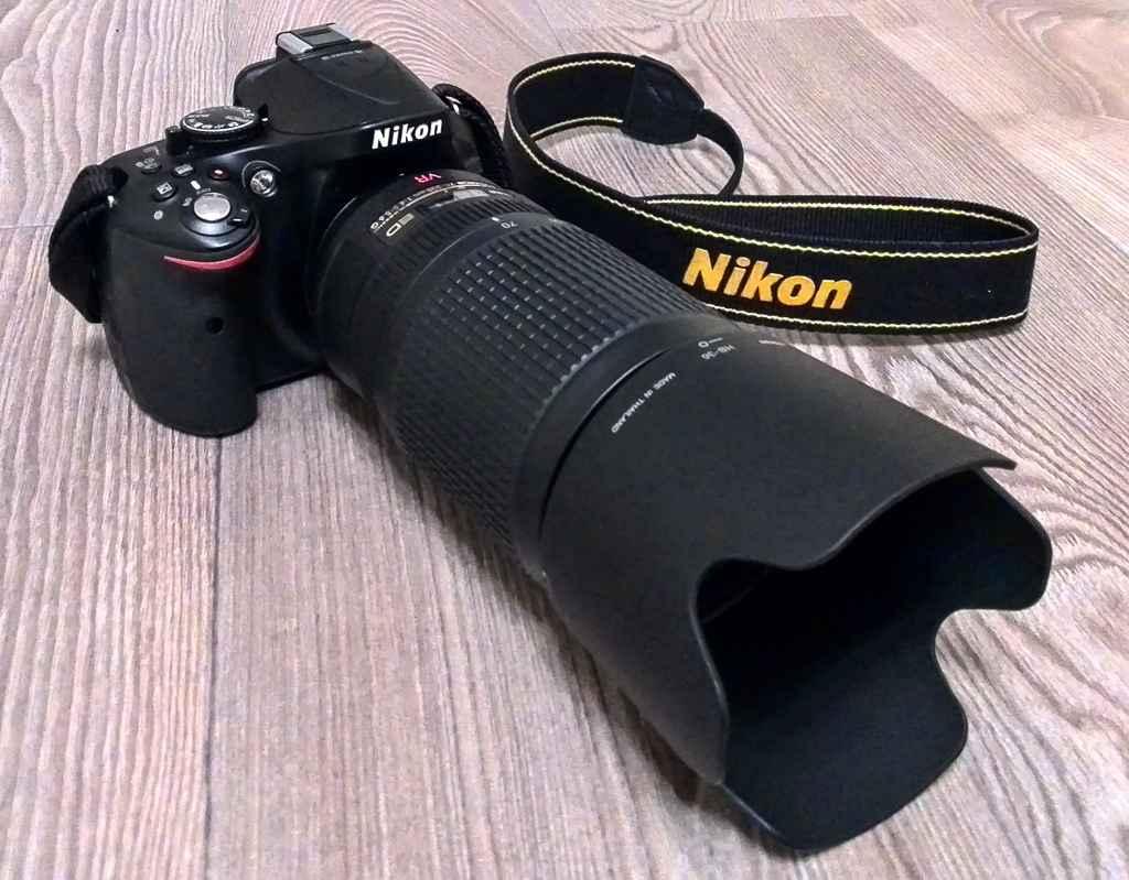 Фото 1. Фотоаппарат Nikon D5200 c телеобъективом Nikon 70-300 и блендой выглядит довольно эффектно