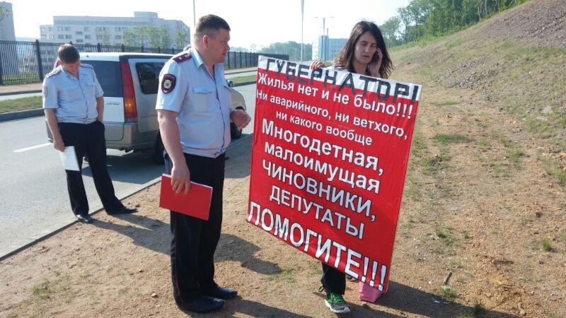«Губернатор! Жилья нет и не было!»: на Русском девушка вышла встречать кортеж Миклушевского с призывом о помощи