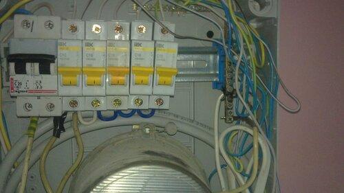 Фото 1. Причина нарушения электроснабжения офисного помещения - подгорание нулевой шины. На фото отчётливо видно оплавление изоляции нескольких проводов, присоединённых к шине.