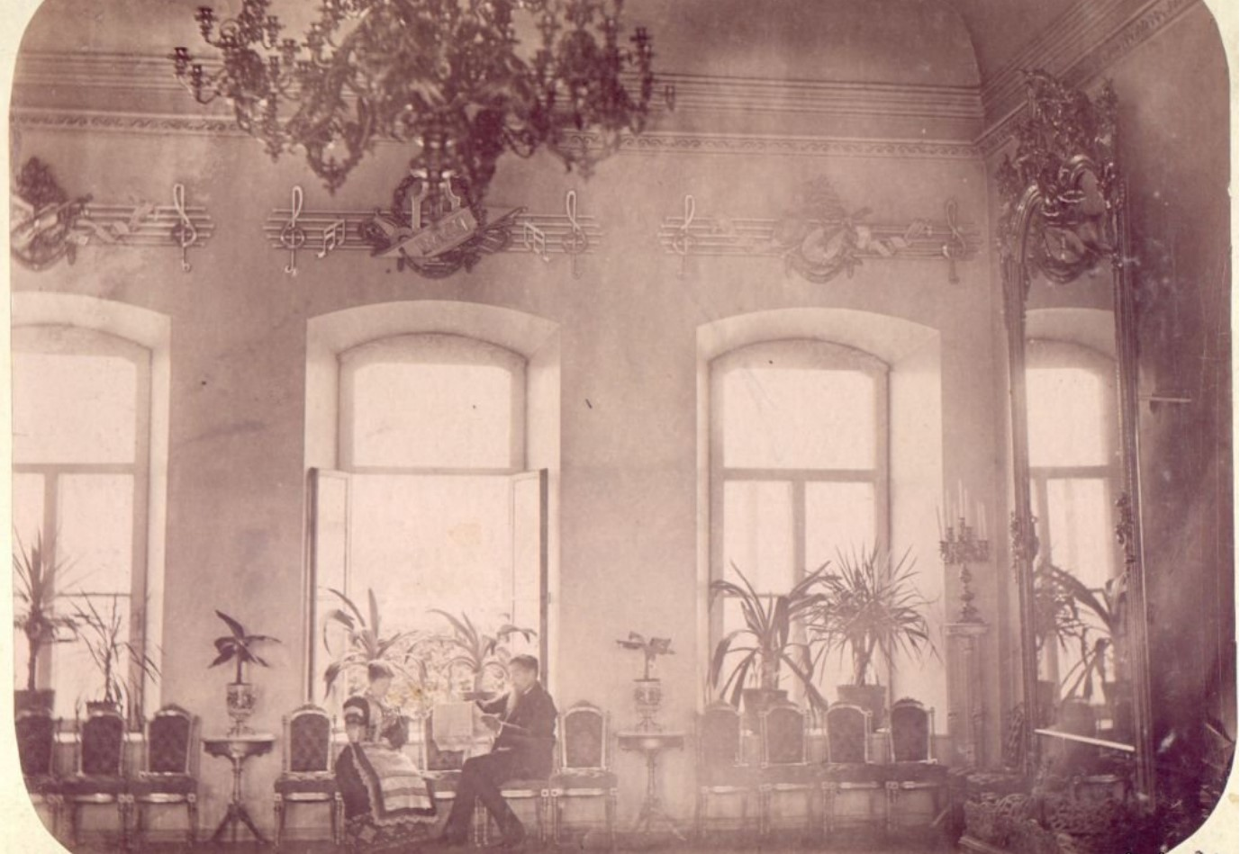 Дворец М.Д.Бутина. М.Д. и М.А.Бутины в Зеркальном зале Дворца