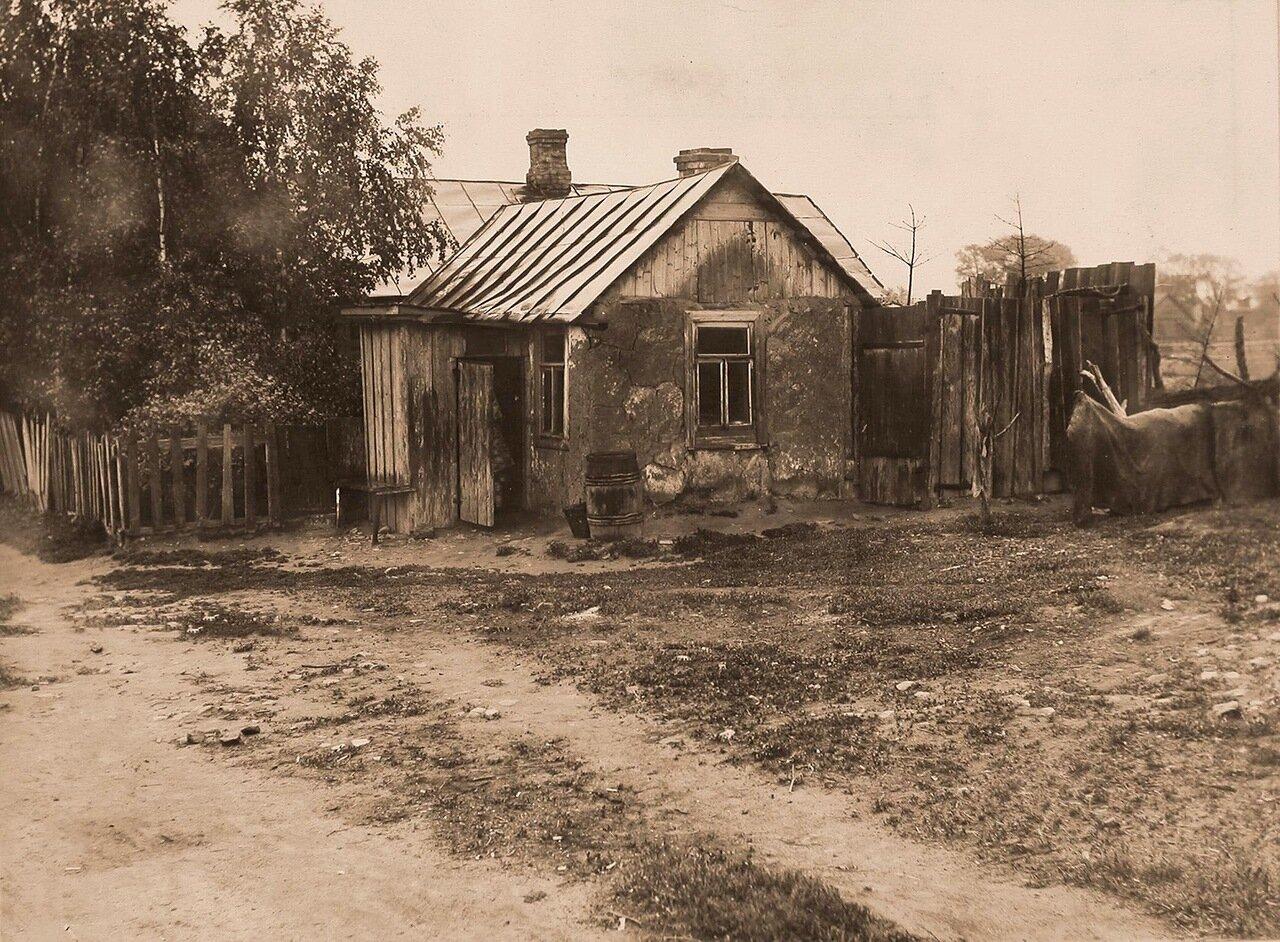 Общий вид дома Иванова с прилегающими садом (слева) и двором (справа)