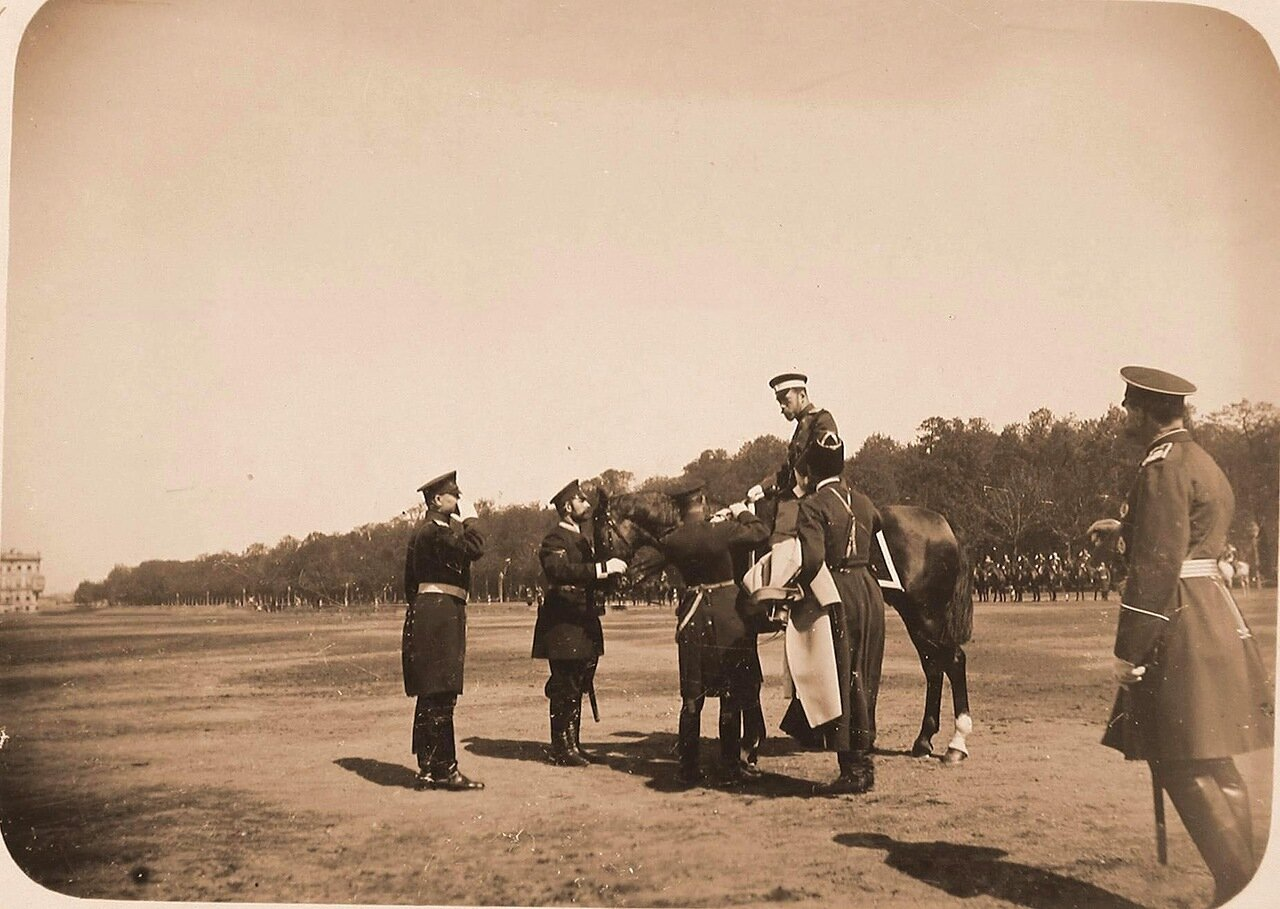 11. Император Николай II (в центре) на лошади с группой офицеров перед началом смотра кавалерии на Царицыном лугу