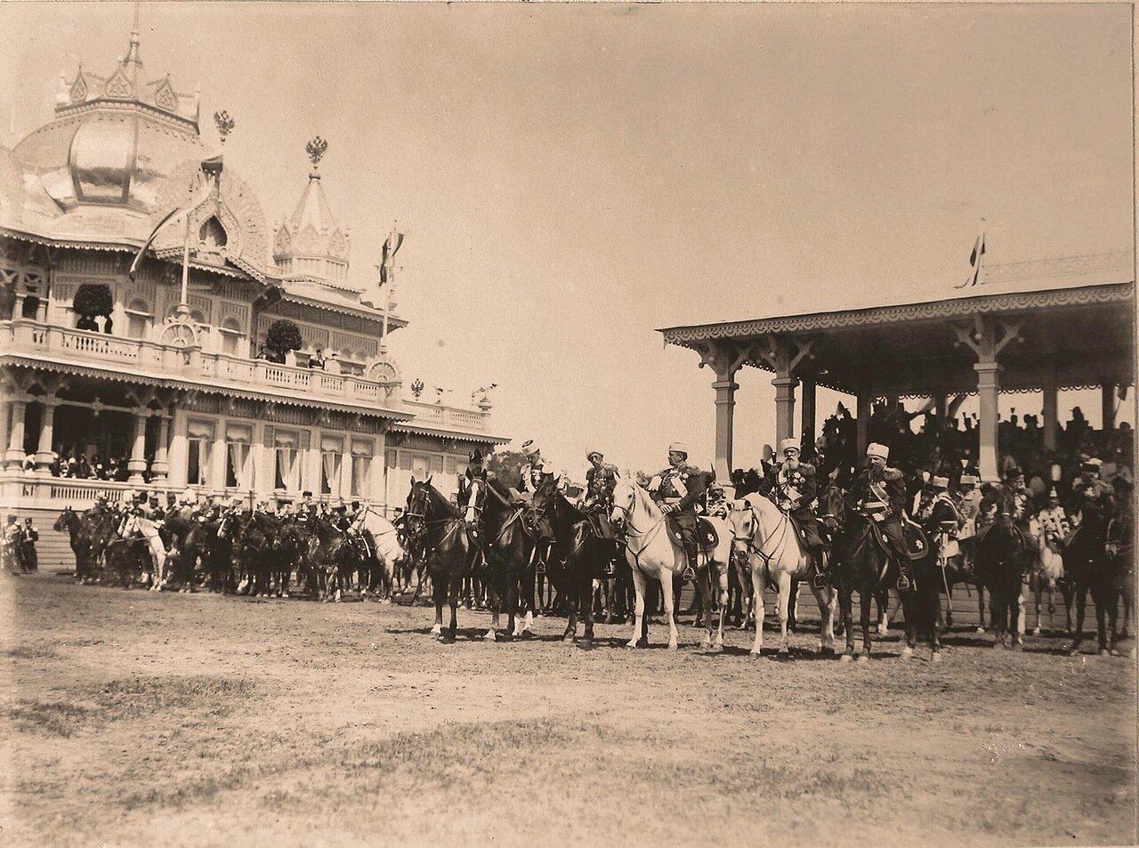 Группа генералов свиты императора у гостевых трибун для лиц дипломатического корпуса перед началом парада на Ходынском поле; слева крайний - великий князь Алексей Александрович