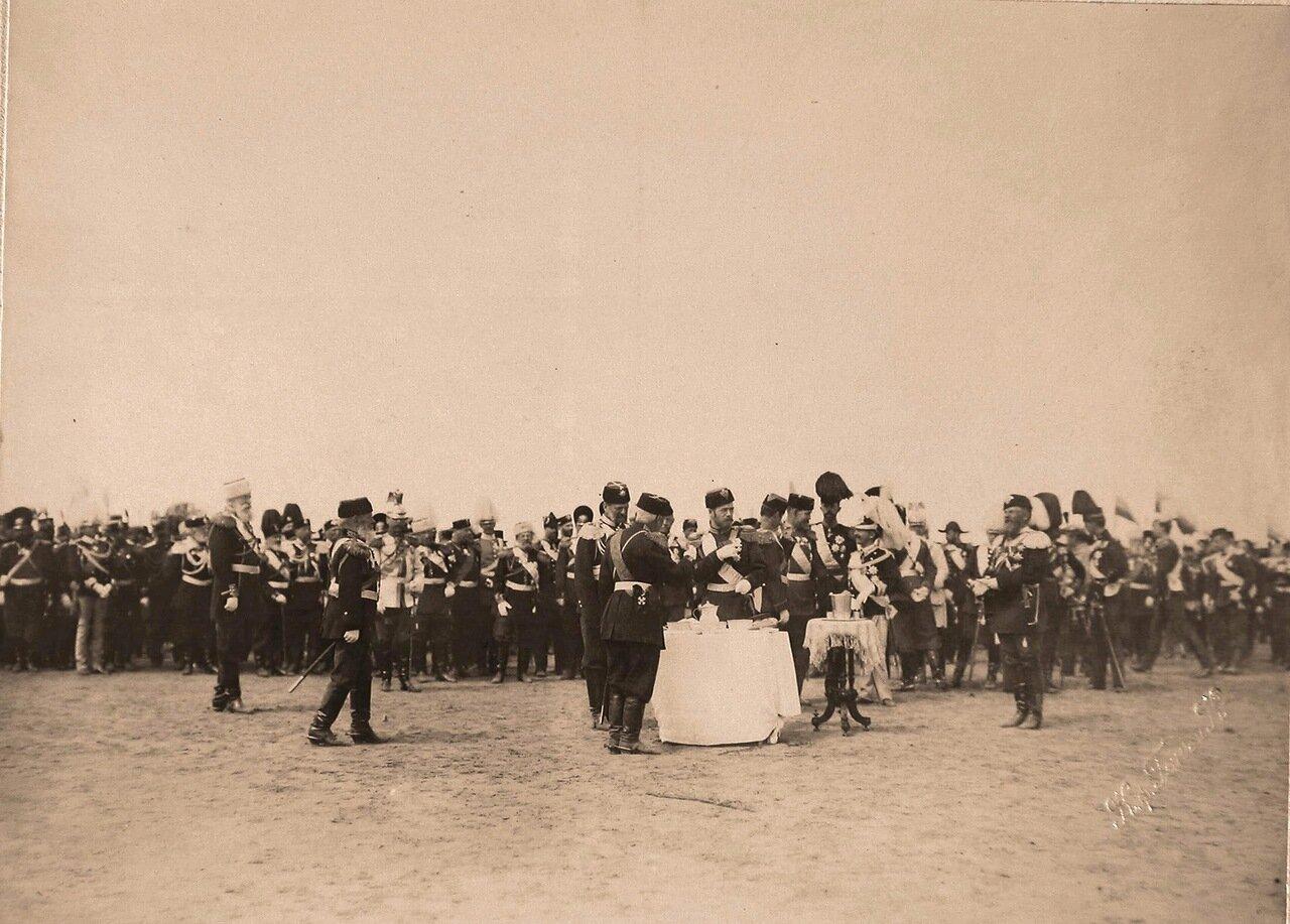 Участники парада, гости, приглашённые на торжества коронации, на Ходынском поле; у стола (с приготовленной для пробы солдатской едой) - император Николай II (в центре), слева - великий князь Владимир Александрович