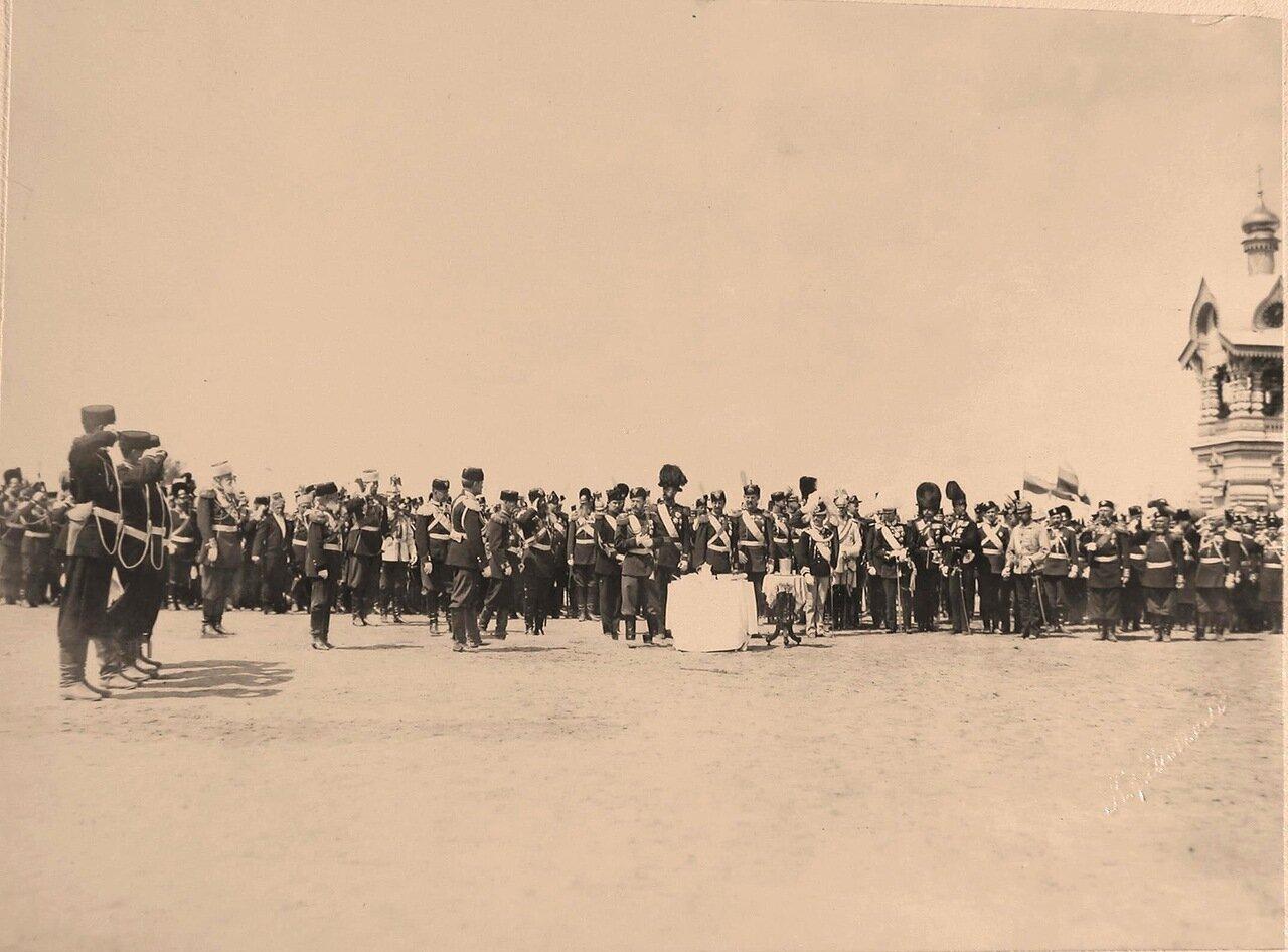 Участники парада, гости, приглашённые на торжества коронации, на Ходынском поле; у стола (с приготовленной для пробы солдатской едой) - император Николай II, за ним слева - наследный принц румынский Фердинанд