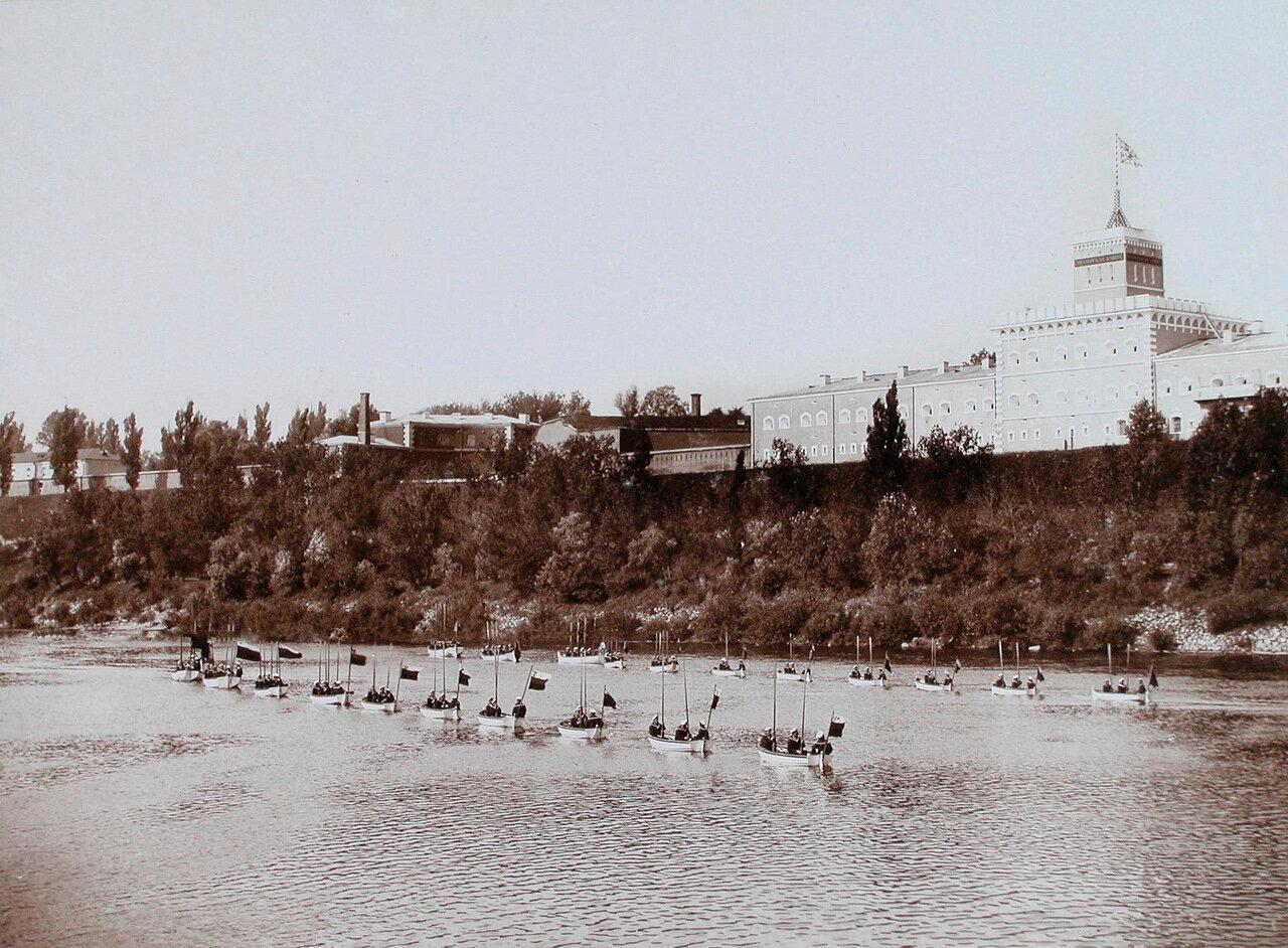21. Гребные суда проходят по реке во время высочайшего смотра речной флотилии