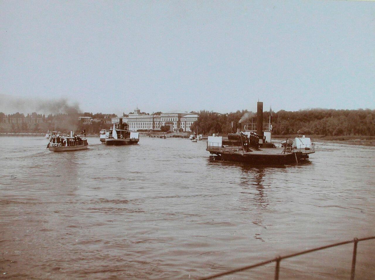 22. Паровые суда проходят по реке во время высочайшего смотра речной флотилии