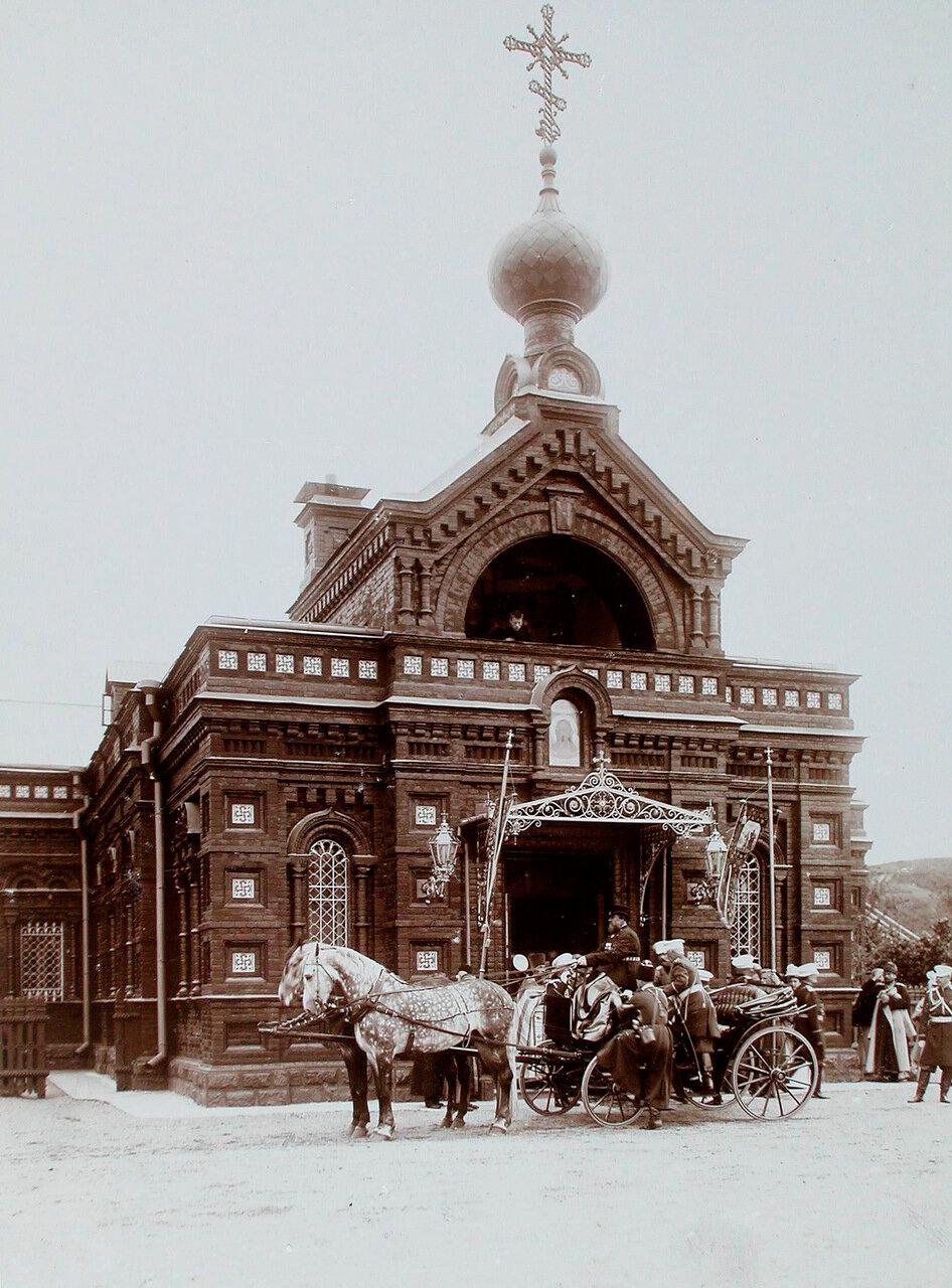 29. Император Николай II и сопровождающие его лица после посещения крепостного собора