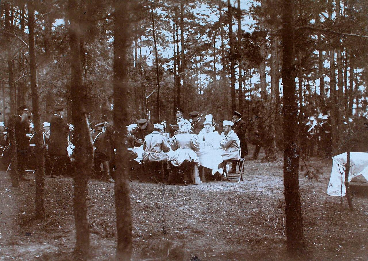 35. Император Николай II (справа), императрица Александра Федоровна, великие князья, военные чины во время высочайшего завтрака в лесу после смотра войск
