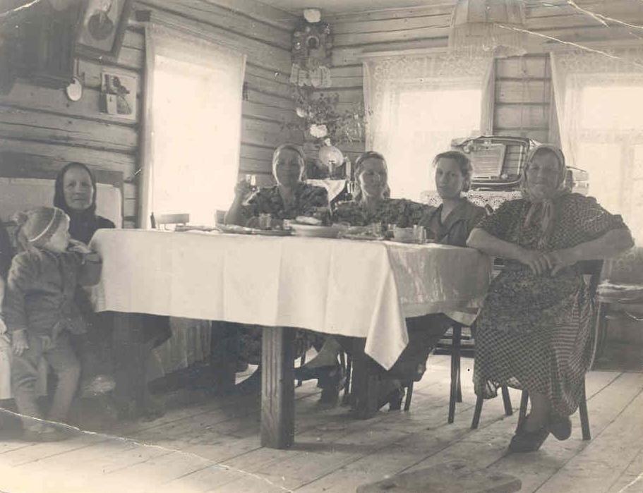 1950-е. Семейное застолье в одном из крестьянских домов деревни Подушкино