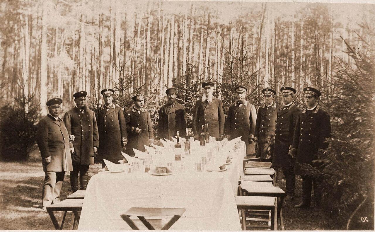 11. Прислуга у сервированного к обеду стола во время царской охоты